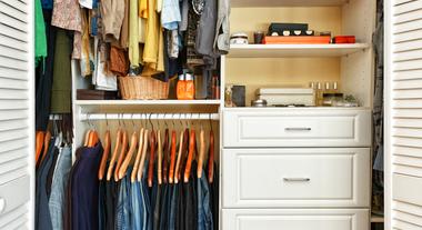 4 ideias criativas de como organizar seu guarda roupas: cabides diferentes e até ganchos de cortina podem ajudar