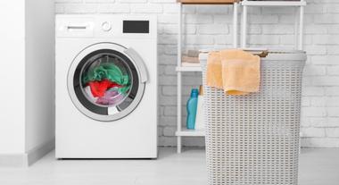 Apartamento sem área de serviço: soluções de onde armazenar produtos de limpeza e máquina de lavar