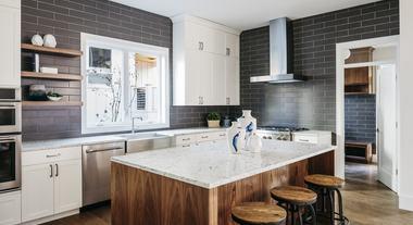 Aprenda a pintar os azulejos do banheiro e da cozinha para ganhar um novo espaço: confira a tinta ideal para o trabalho