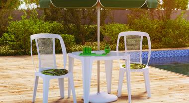 Área externa com mesa e cadeira para descanso
