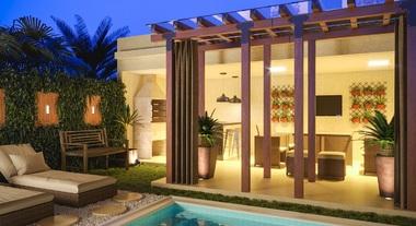 Área externa com piscina e espaço gourmet