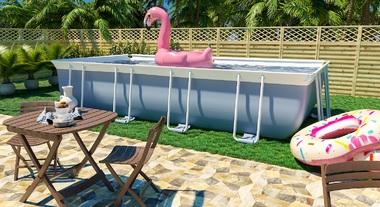 Área externa com piscina grande e bóias
