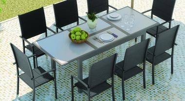 Área externa de casa com mesa para refeições