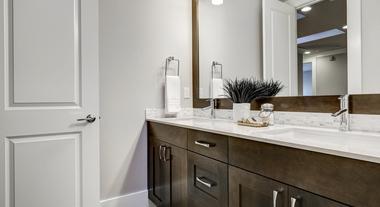 Armário para o banheiro: qual o melhor tipo para o seu ambiente e mais dicas para decorar a pia