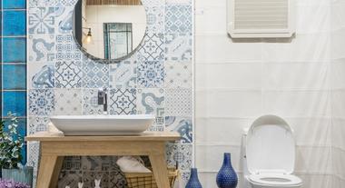 Bancada de banheiro: como organizar com a ajuda de bandejas e porta-utilitários