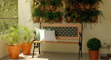 Banco e jardim vertical deixam o ambiente elegante