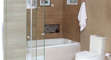 Banheiro com box e banheira