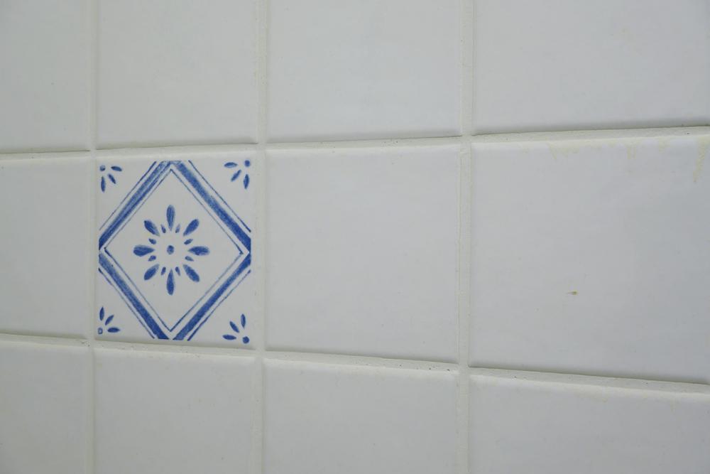 Banheiro de apartamento alugado: como atualizar azulejos antigos e decorar do seu jeito