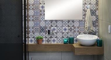Banheiro espaçoso com ladrilho e bancada