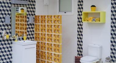 Banheiro grande com cobogós e revestimento geomético