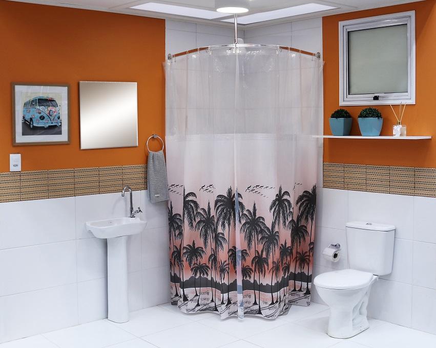 Banheiro Grande Com Cortina Para Box E Decoração Simples
