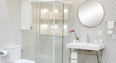 Banheiro grande com decoração clean