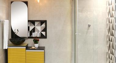 Banheiro grande com gabinete amarelo