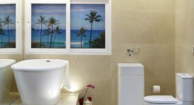 Banheiro grande com porcelanato e banheira