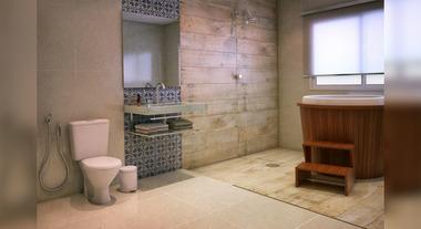 Banheiro grande com porcelanato e ofurô