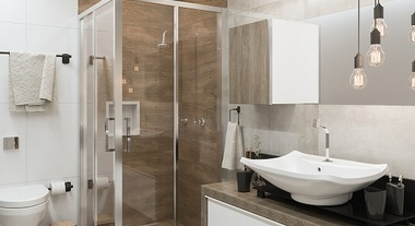 Banheiro grande com revestimento amadeirado