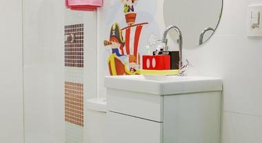 Banheiro infantil pequeno e neutro