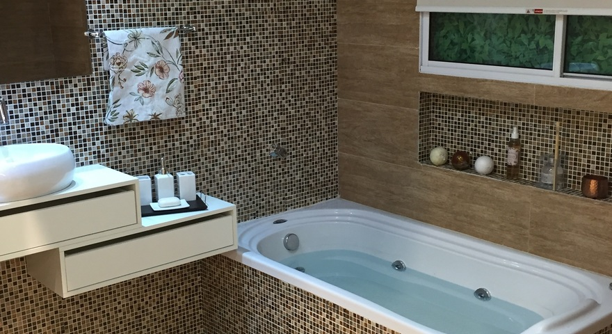 Banheiro pequeno com porcelanato e pastilha Leroy Merlin -> Decoração Banheiro Pequeno Com Banheira
