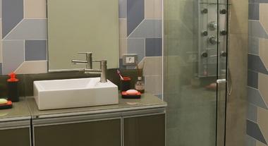 Banheiro pequeno com box e hidromassagem vertical