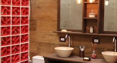 Banheiro pequeno com cobogós vermelhos