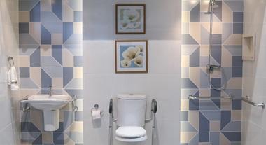 Banheiro pequeno decorado acessível