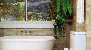 Banheiro pequeno e clean com revestimento para parede