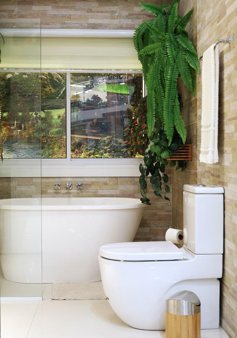 Banheiro pequeno e clean com revestimento para parede for Azulejos economicos df