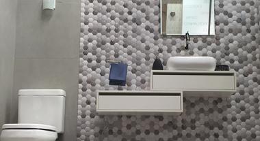 Banheiro pequeno e neutro