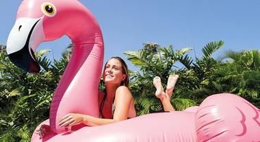 Boias gigantes para piscina estão com tudo: veja 4 modelos divertidos que rendem ótimas fotos