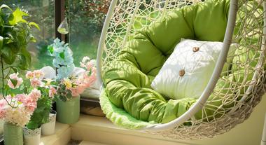 Cadeira suspensa na varanda é tendência: veja como ter um balanço particular que vai alegrar a sua casa