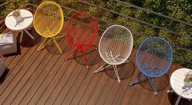 Cadeiras coloridas alegram espaço externo