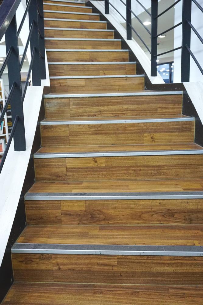 Cantoneiras para parede, piso e degrau de escada: como escolher o modelo ideal para