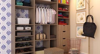 Closet pequeno com papel de parede e tapete