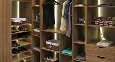 Closet pequeno organizado com caixas e cestos