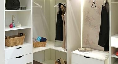 Closet pequeno planejado com papel de parede floral