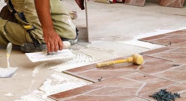 Como assentar porcelanatos e cerâmicas: especialista dá dicas de aplicação que evitam dor de cabeça depois
