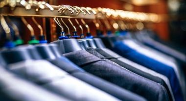 Como escolher o melhor cabide para cada tipo de roupa no seu armário