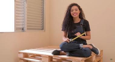 Como fazer sofá de pallet: passo a passo ensinado por Paloma Cipriano