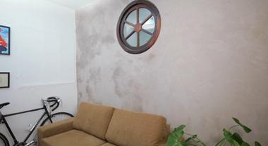 Como fazer uma parede de cimento queimado perfeita para adotar a tendência de decoração na sua casa