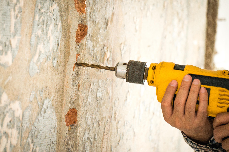 Como furar paredes com furadeira sem causar danos em canos hidráulicos e fios elétricos