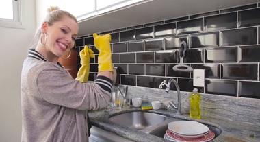 Como lavar louça: aprenda o jeito certo com a personal organizer Rafa Oliveira