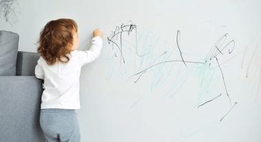 Como limpar mancha de caneta da parede: dicas para quem tem uma criança artista em casa