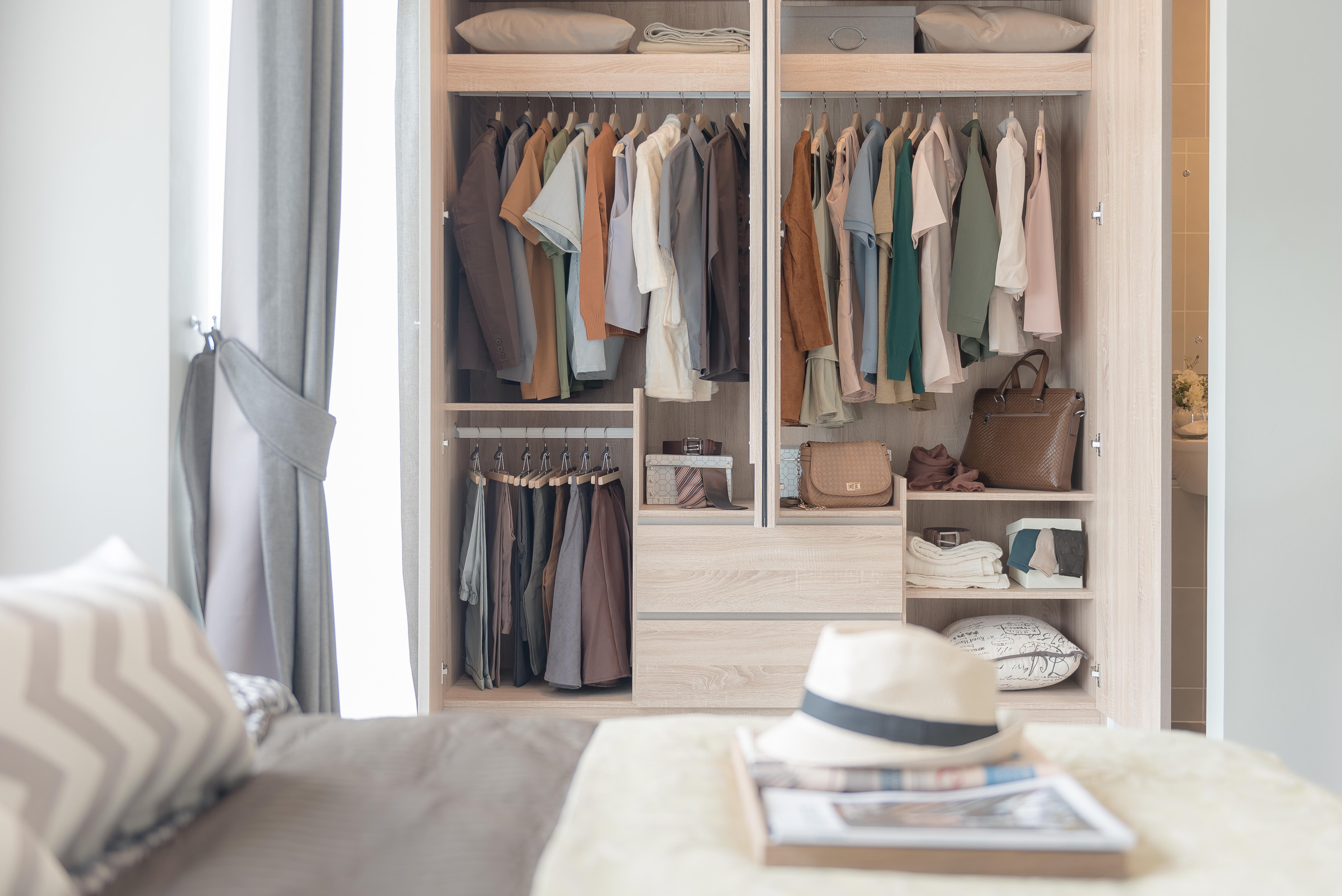 Como montar um closet personal organizer d dicas para - Como organizar un armario empotrado pequeno ...