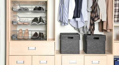 Como organizar guarda roupa pequeno: um tutorial de como evitar o efeito amontoamento