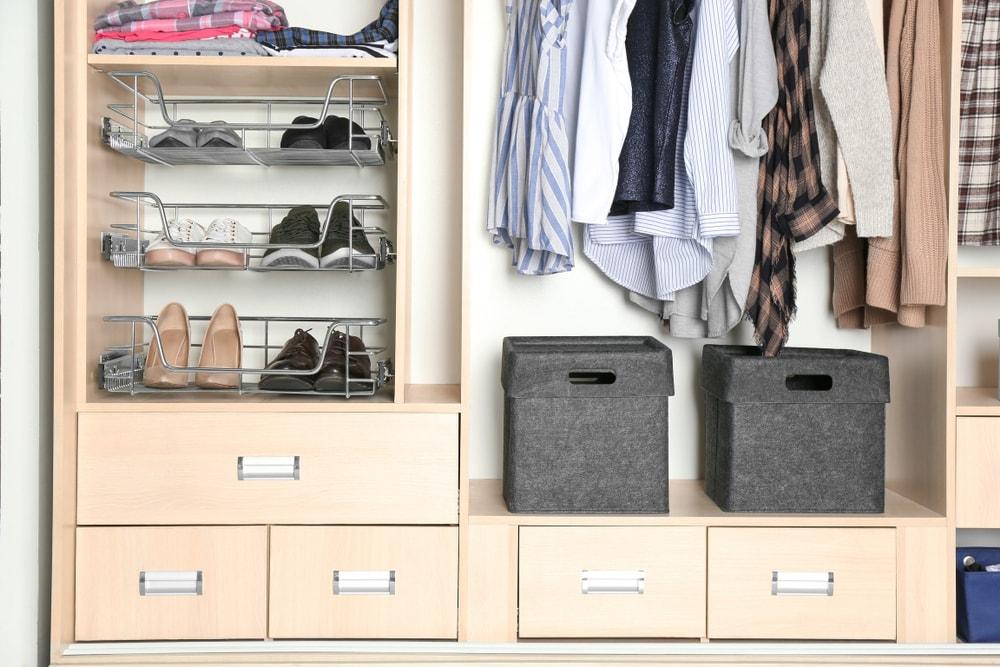 89a82daa6 Como organizar guarda roupa pequeno: um tutorial de como evitar o efeito  amontoamento