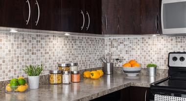 Como organizar os potes de cozinha para ganhar espaço e nunca mais perder as tampas