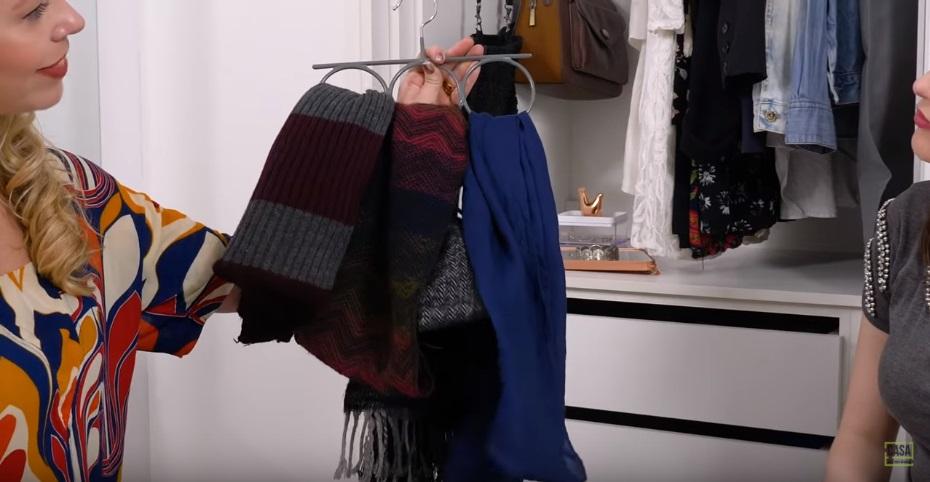 Cachecóis e lenços pendurados no cabide