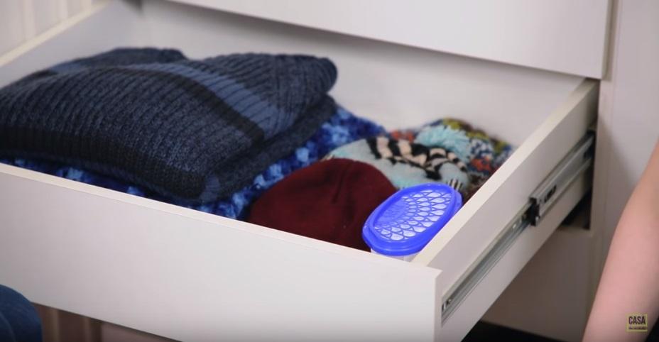 Casacos e gorros de lã na gaveta