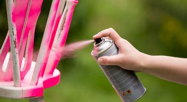 Como pintar madeira com tinta spray: passo a passo e o que saber sobre lixar móveis envernizados