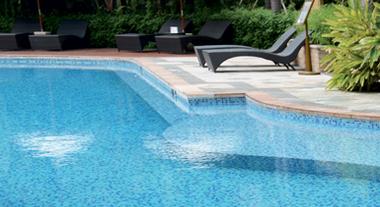 Como tratar água de piscina com cloro